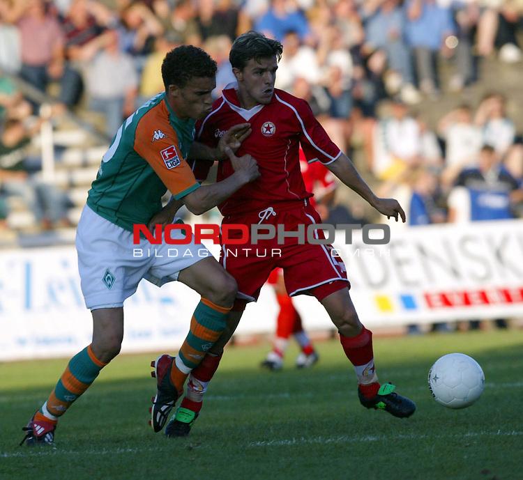 1. BL 2003/2004<br /> Testspiel SV Werder Bremen vs. ZSKA Sofia<br /> Valerien Ismael (links) von Werder Bremen im Zweikampf mit<br /> Emil Gargorov (rechts) von Sofia.<br /> <br /> Foto &copy; nordphoto <br /> <br />  *** Local Caption *** Foto ist honorarpflichtig! zzgl. gesetzl. MwSt.<br />  Belegexemplar erforderlich<br /> Adresse: nordphoto<br /> Georg-Reinke-Strasse 1<br /> 49377 Vechta