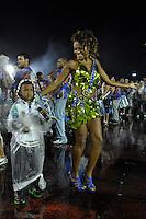 SÃO PAULO, SP, 15 DE JANEIRO DE 2012 - ENSAIO UNIDOS DE VILA MARIA - Atriz e modelo Quitéria Chagas durante ensaio técnico da Escola de Unidos de Vila Maria na praparação para o Carnaval 2012. O ensaio foi realizado na madrugada deste domingo, no Sambódromo do Anhembi, zona norte da cidade. FOTO LEVI BIANCO - NEWS FREE
