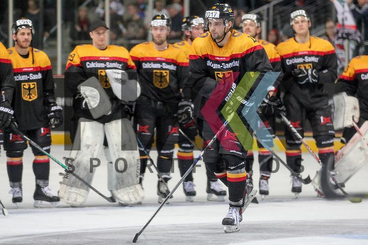Deutschlands Eishockey Nationalmannschaft beim Player of the Match Ehrung, Deutschlands Oppenheimer, Thomas (Nr.19)(Hamburg Freezers) Best Player Deutschland im Spiel IIHF WC15 Germany - Russia.<br /> <br /> Foto &copy; P-I-X.org *** Foto ist honorarpflichtig! *** Auf Anfrage in hoeherer Qualitaet/Aufloesung. Belegexemplar erbeten. Veroeffentlichung ausschliesslich fuer journalistisch-publizistische Zwecke. For editorial use only.