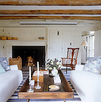 The country living room is simply furnished in a blue and white colour scheme