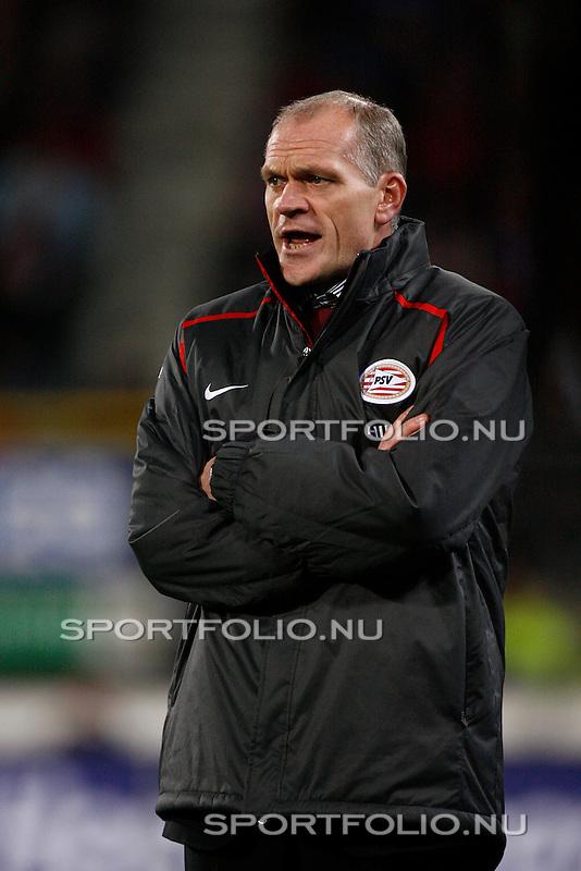 Nederland, Heerenveen, 3 november 2007 .Eredivisie .Seizoen 2007-2008 .Heerenveen-PSV (2-1) .Jan Wouters, interim-coach van PSV schreeuwt aanwijzingn naar zijn spelers.
