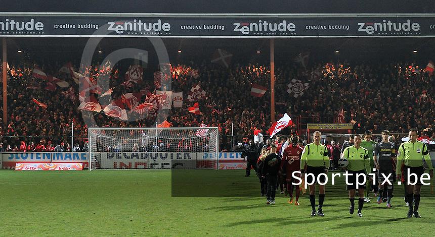 KV Kortrijk - SV Zulte Waregem  : spelers komen het veld op voor de wedstrijd.foto VDB / BART VANDENBROUCKE