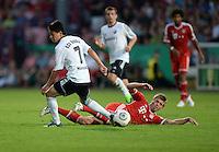 FUSSBALL       DFB POKAL 1. RUNDE        SAISON 2013/2014 BSV Schwarz-Weiss Rehden  - FC Bayern Muenchen  05.08.2013 Taiki Hirooka (li, Rehden) gegen Toni Kroos (re, FC Bayern Muenchen)