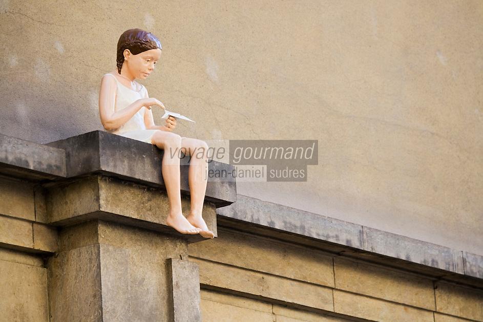 Europe/République Tchèque/Prague: Statue enfant  et avion en papier dans le Clementinum