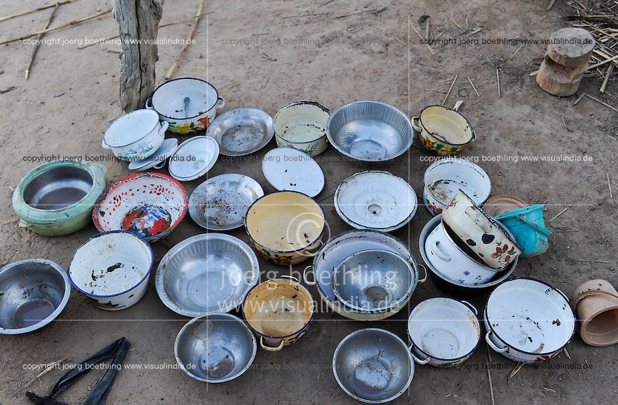 BURKINA FASO Kaya, hunger, empty vessels in village / BURKINA FASO Kaya, Hunger, leere Kochtoepfe in einem Dorf
