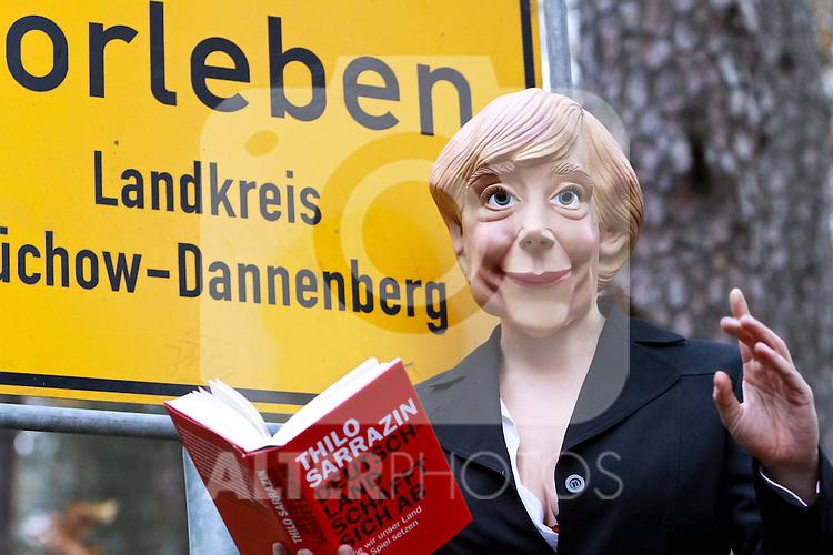 06.11.2010, Proteste Castortransporte, Gorleben, GER, Eine Angela Merkel Parodie liest in Gorleben zur M?rchenstunde, Foto © nph / Kohring