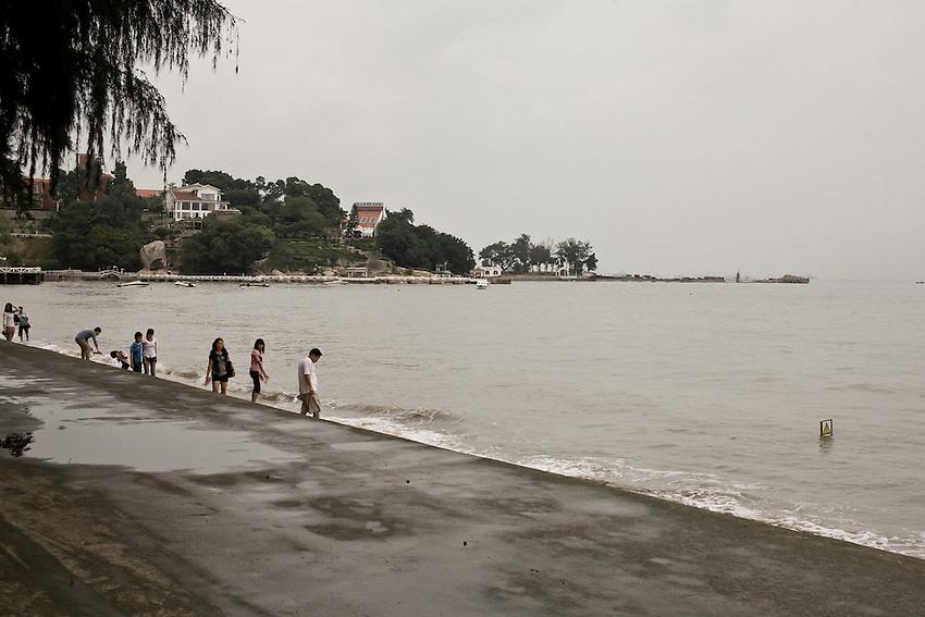 Sur les plages de Gulangyu, plus faciles d'accès pour les habitants de Xiamen que les plages du continent occupées par les constructions et l'industrie.
