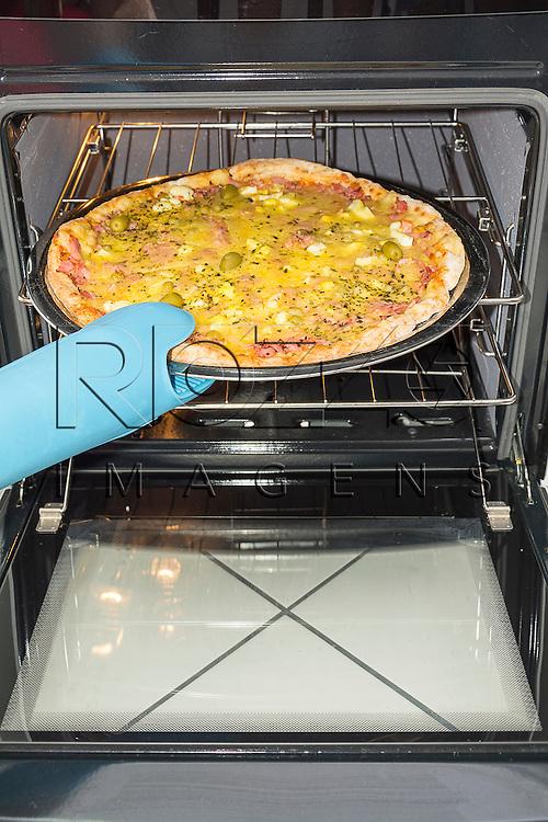 Retirando pizza do forno, São Paulo - SP, 03/2015.