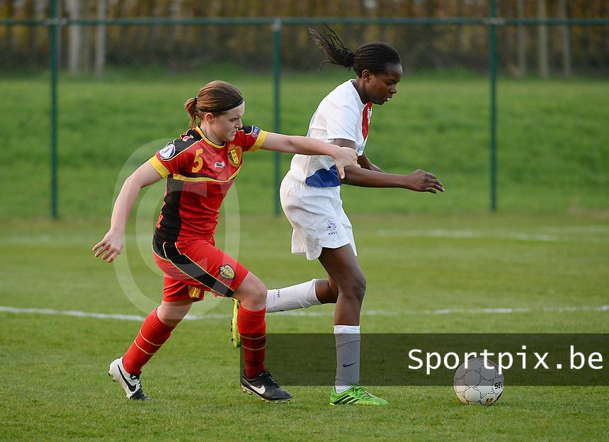 Women U15 : Belgian Red Flames - Nederland :<br /> <br /> Davinia Vanmechelen (L) probeert de bal te heroveren op Danique Ypema (R)<br /> <br /> foto Dirk Vuylsteke / Nikonpro.be