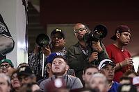 Mario Guzman  y  Ronaldo Schemidt   Fotógrafos de prensa: EFE y AFP , durante el segundo partido semifinal de la Serie del Caribe en el nuevo Estadio de  los Tomateros en Culiacan, Mexico, Lunes 6 Feb 2017. Foto: AP/Luis Gutierrez