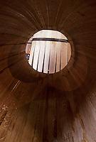 Europe/France/Poitou-Charentes/16/Charente/Cognac/Tonnellerie Seguin Moreau: Détail de barrique - vue de l'intérieur<br /> PHOTO D'ARCHIVES // ARCHIVAL IMAGES<br /> FRANCE 1990