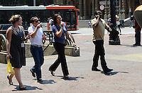 ATENCAO EDITOR: FOTO EMBARGADA PARA VEICULOS INTERNACIONAIS. SAO PAULO, SP, 30 DE OUTIBRO DE 2012 - Paulistano vive tarde ensolarada e de muito calor nesta terca feira, 30, na regiao central da capital. FOTO: ALEXANDRE MOREIRA/BRAZIL PHOTO PRESS