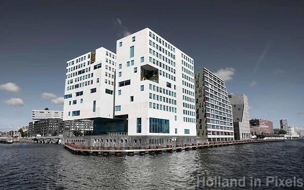 Nederland Amsterdam 2018. Het IJdock ( IJdok ) met het Paleis van Justitie. ( De oorspronkelijk blauwe lucht is mbv Photoshop grijs gemaakt).  Foto Berlinda van Dam / Hollandse Hoogte