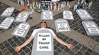 AGX01. NUEVA YORK (EE.UU.), 22/06/2017.- Defensores del sistema de salud participan en una vigilia en contra del presidente estadounidense Donald Trump este jueves 22 de junio de 2017, a las afueras del Hotel Internacional Trump y la Torre Columbus Circle en Nueva York (EE.UU.). EFE/ANDREW GOMBERT