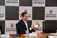 SÃO PAULO,SP, 07.03.2017 - DÓRIA-SP - O prefeito de São Paulo João Doria entrega o seu segundo salário, um cheque no valor de R$ 17.948, ao presidente do GRAACC, Sergio Amoroso, na sede da prefeitura de São Paulo nesta terça-feira, 07. (Foto: Nelson Gariba/Brazil Photo Press)