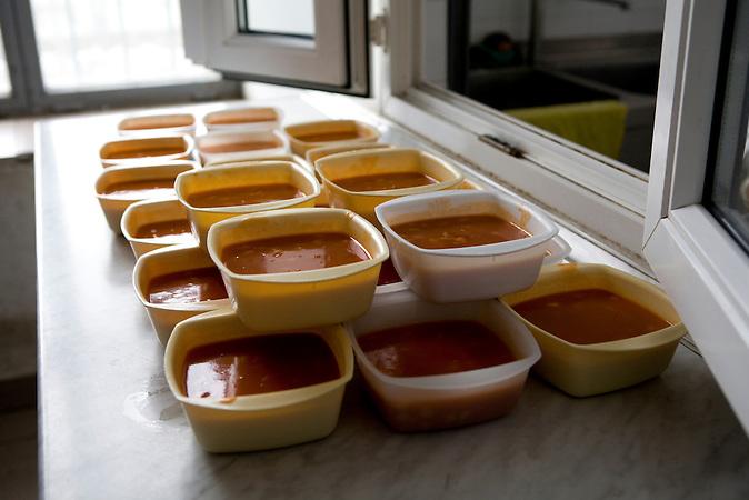 Mittagessen für die Gefangenen im Flüchtlingsgefängnis von Nyirbátor / Lunch for the inmates of the refugee prison of Nyirbátor