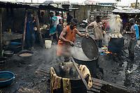 NIGERIA, Lagos, Arena Market , butcher slaughter live animals, boiling of cow meat and skin / NIGERIA Lagos, Arena Markt, Verkauf von lebenden Tieren und Schlachtung vor Ort
