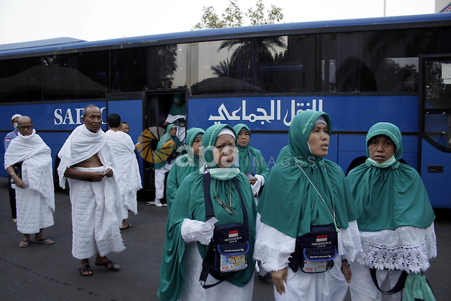 Muslim pilgrims prepare to converge on the holy city of Mecca from the holy place of Ali wells, on November 15, 2009. Some 2.5 million Muslims from more than 160 countries converge annually on the Islamic holy cities of Mecca and Medina in western Saudi Arabia.. Photo by Ashraf Amra