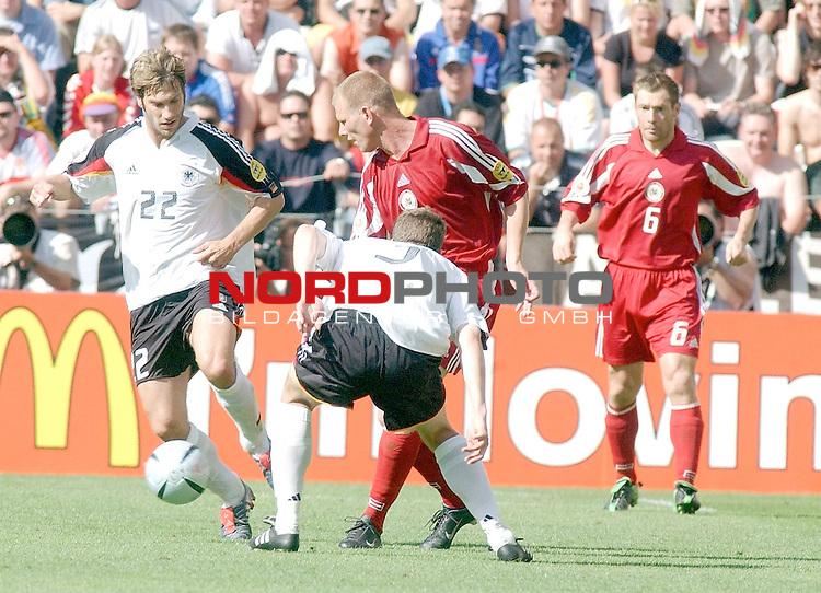 Europameisterschaft 2004 Portugal<br /> <br /> Lettland - Deutschland<br /> <br /> Torsten Frings und Arne Friedrich (Deutschland) gegen Imants Bleidelis (Lettland)<br /> <br /> Foto &copy; nordphoto