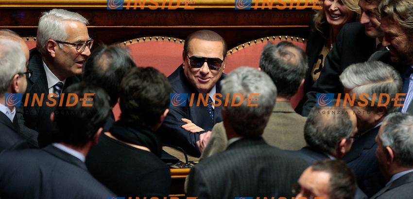 Silvio Berlusconi in senato per il voto, arriva con degli occhiali da sole, a seguito dei problemi agli occhi. E' subito attorniato dai suoi senatori.Roma 16/03/2013 senato. Seconda seduta della XVII Legislatura con voto per l'elezione del Presidente del Senato..Photo Samantha Zucchi Insidefoto