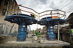 HOUTEN - In het centrum van Houten verrijzen door bouwcombinatie Houten 4 gebouwde paddestoel vormige pijlers als nieuwe funderingen voor het spoorverdubbelingsproject Houten. Vanwege de aanleg van het zng Randstadspoor wordt in Houten in opdracht van Prorail over ruim 5 kilometer het spoor verdubbeld tot vier sporen, en komen er twee nieuwe door Movares ontworpen stations. De bouwcombinatie bestaat uit CFE, KWS en Haverkort Voormolen..COPYRIGHT TON BORSBOOM.
