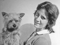 Napoli ottobre 1975 strage di via caravaggio , un intera famiglia viene trovata morta nella propria abitazione <br /> le vittime domenico Santangelo , la moglie gemma e la figlia Angela vengono trovati sgozzati <br /> nella foto Angela Santangelo con il cane