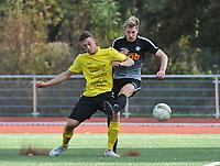 SCT MENEN - RC GENT :<br /> stevig duel tussen Gianni Derieuw (L) en Niels Elewaut (R)<br /> <br /> Foto VDB / Bart Vandenbroucke