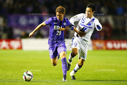(L-R)<br /> Takuma Asano (Sanfrecce),<br /> Yasuyuki Konno (Gamba),<br /> DECEMBER 5, 2015 - Football / Soccer : <br /> 2015 J.League Championship Final 2nd leg match<br /> between Sanfrecce Hiroshima - Gamba Osaka<br /> at Hiroshima Big Arch in Hiroshima, Japan.<br /> (Photo by Shingo Ito/AFLO SPORT)