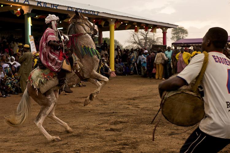 The Gaani festival. Rachidou, 8 years old and youngest rider among the horsemen of Djougou, and his horse. Courbette and drums.<br />  <br /> La f&ecirc;te de la Gaani. Rachidou, 8 ans et plus jeune cavalier de Djougou, et son cheval. Courbette et tambour.