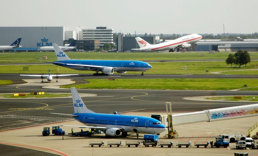 Nederland, Schiphol, 13 sept 2005..Luchthaven Schiphol. Drukte op platform en startbaan..Airport, vliegveld, luchtverkeer, vliegtuig, airplane, .Foto (c) Michiel Wijnbergh
