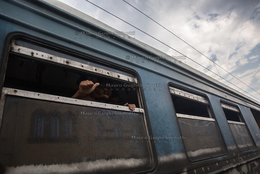 Un migrante dal finestrino del treno indica &quot;ok&quot; con la mano <br /> A migrant from the train window, says &quot;ok&quot;