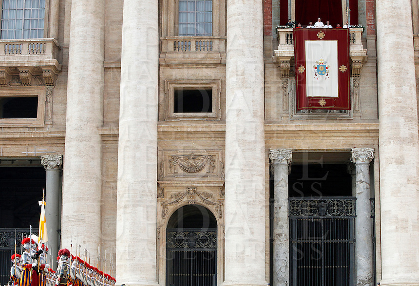 "Papa Francesco si affaccia dalla loggia della Basilica di San Pietro in occasione del messaggio Urbi et Orbi per il giorno di Natale, Citta' del Vaticano, 25 dicembre 2016. <br /> Pope Francis waves from the balcony of St Peter's basilica during the traditional ""Urbi et Orbi"" (to the city and the world) Christmas message at the Vatican on December 25, 2016.<br /> UPDATE IMAGES PRESS/Isabella Bonotto<br /> <br /> STRICTLY ONLY FOR EDITORIAL USE"