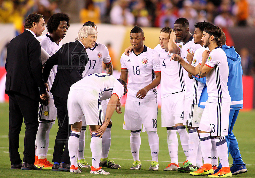 NEW JERSEY - UNITED STATES, 17-06-2016: Jose Pekerman (3 Izq.) técnico de Colombia (COL) dialoga con los jugadores,  durante partido por los cuartos de final entre Colombia (COL) y Peru (PER)  por la Copa América Centenario USA 2016 jugado en el estadio MetLife en East Rutherford, Nueva Jersey, USA. /  Jose Pekerman (3 L) coach of Colombia (COL) speaks with the players,  during a match for the quarter of finals between Colombia (COL) and Peru (PER) for the Copa América Centenario USA 2016 played at MetLife stadium in East Rutherford, New Jersey, USA. Photo: VizzorImage/ Luis Alvarez /Cont.