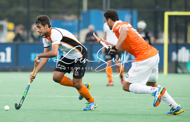 BLOEMENDAAL - Rizwan Muhammad (l) met Glenn Schuurman  van Bloemendaal tijdens  de wedstrijd tussen de mannen van Bloemendaal en Oranje-Zwart (1-2). Copyright Koen Suyk
