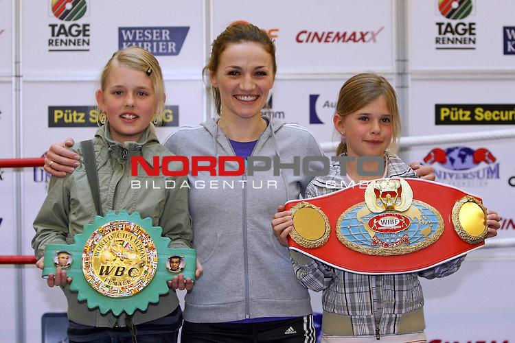 WM - WIBF / WBC Federgewicht Ina MENZER ( GER ) vs Franchecsa ALCANTER ( USA )<br /> Publikumstraining im Weserpark Bremen 28.04.2009. Universum Champions Night am 2.Mai.2009 (02.05.2009) in Bremen. Doppelweltmeisterin Ina Menzer beim &divide;ffentlichkeitswirksamen Showtraining im Weserpark.<br /> <br /> Ina Menzer (GER) und die Geschwister H&scaron;ussler Anne (li) und Jana  ( re)  mit den WeltmeisterschaftsgŁrteln.<br /> <br /> Foto &copy; nph (  nordphoto  ) *** Local Caption ***