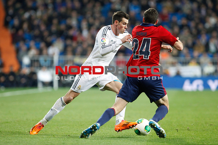 Real Madrid¬¥s Gareth Bale (L) and Osasuna¬¥s  during King¬¥s Cup match in Santiago Bernabeu stadium in Madrid, Spain. January 09, 2014. Foto © nph / Victor Blanco)