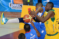 BOGOTÁ -COLOMBIA. 07-06-2014. Stalin Ortiz (Izq) de Guerreros de Bogotá disputa el balón con Brandon Sperling (Der) de Cimarrones del Chocó durante el cuarto partido por los playoffs finales de la  Liga DirecTV de Baloncesto 2014-I de Colombia realizado en el coliseo El Salitre de Bogotá./ Stalin Ortiz (L) of Guerreros de Bogotá fights for the ball with Brandon Sperling (R) of Cimarrones del Choco during the 4th game for the playoffs finals of the DirecTV Basketball League 2014-I in Colombia played at El Salitre coliseum in Bogota. Photo: VizzorImage/ Gabriel Aponte / Staff