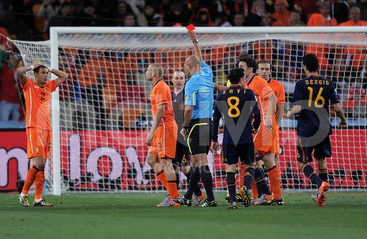 FUSSBALL WM 2010  FINALE   11.07.2010 Holland - Spanien John HEITINGA (2.vl., Holland) sieht von Schiedsrichter Howard WEBB die Gelb-Rote Karte
