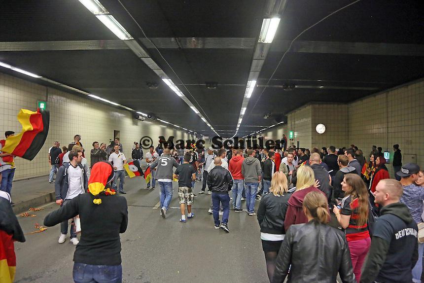 Public Viewing auf dem Marktplatz am Ratskeller, Fans feiern nach dem 2:1 Sieg und dem Einzug ins Viertelfinale im City-Tunnel