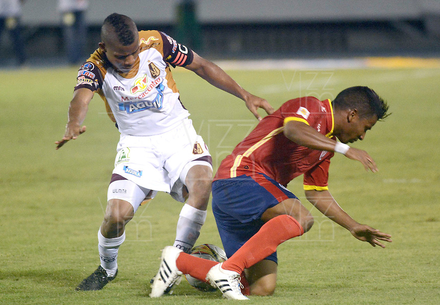 BARRANQUIILLA -COLOMBIA-26-04-2015. Cristian Mejia (Der) de Uniauntónoma disputa el balón con Wilmar Barrios (Izq) de Deportes Tolima en partido por la fecha 17 de la Liga Aguila I 2015 jugado en el estadio Metropolitano de la ciudad de Barranquilla./ Cristian Mejia (R) player of Uniautonoma fights for the ball with  Wilmar Barrios (L) player of Deportes Tolima during match valid for the 17th date of the Aguila League I 2015 played at Metropolitano stadium in Barranquilla city.  Photo: VizzorImage/Alfonso Cervantes/Cont