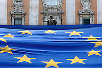 Il Marc'Aurelio con la bandiera europea<br /> Roma 09-05-2016. Campidoglio. Nuove bandiere dell'Italia e dell'Europa per le scuole romane. La consegna simbolica a 1500 bambini al Campidoglio.<br /> Rome 9th May 2016.  Campidoglio. New flags, of Italy and Europe for all the schools in Rome, delivered symbolically at 1500 elementary school children.<br /> Photo Samantha Zucchi Insidefoto