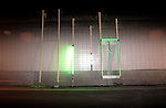 ROTTERDAM - In opdracht van Rijkswaterstaat is in samenwerking met TNO, een proefopstelling met groen licht gemaakt als nooduitgang op de tunnelwand van de nieuwe Tweede Beneluxtunnel. Naast het aansteken van vuurbakken, bestaat de proef ook uit het laten uitbranden van enkele auto s waarbij camera s en sensoren de brandontwikkeling, rookverspreiding en temperatuurontwikkeling in de verkeerstunnel controleren. Tevens wordt het effect van sprinklerinstallaties getest en de verlichting bij nooduitgangen. COPYRIGHT TON BORSBOOM
