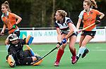 HUIZEN  -   Vera van Schagen (HUI) scoort 1-0 , hoofdklasse competitiewedstrijd hockey dames, Huizen-Groningen (1-1)  . links Jantien Gunter (Gro)  COPYRIGHT  KOEN SUYK