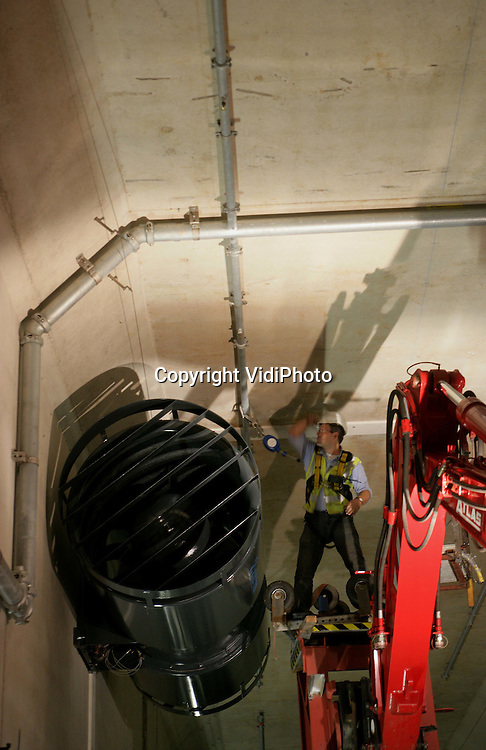 Foto: VidiPhoto..ZEVENAAR - In de spoortunnel bij Zevenaar van de Betuweroute plaatst de Projectorganisatie Betuweroute op dit moment de eerste ventilatoren. De ventilatoren zorgen voor verdrijving van rook in geval van brand en voor verkoeling. Ze (66 stuks in Zevenaar) moeten samen met een sprinklerinstallatie en andere technische snufjes voor een optimale veiligheid in de vijf tunnels voor de Betuweroute zorgen. De tunnel bij Zevenaar is de eerste ter wereld met een sprinklerinstallatie.