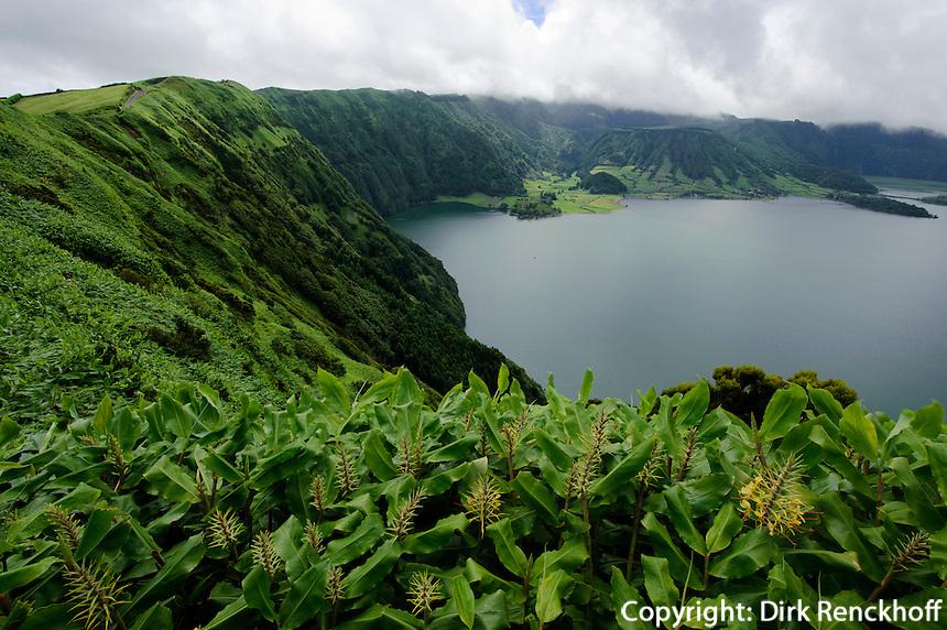 Kratersee Lagoa Azul, Blick vom Miradouro da Cumeeira  auf der Insel Sao Miguel, Azoren, Portugal