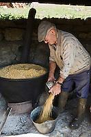 Europe/France/Midi-Pyrénées/46/Lot/Lacave: Jean Chassaing de la Ferme du Berthou, prépare l'aliment à base de maîs pour gaver ses oies Auto N°: 2008-210
