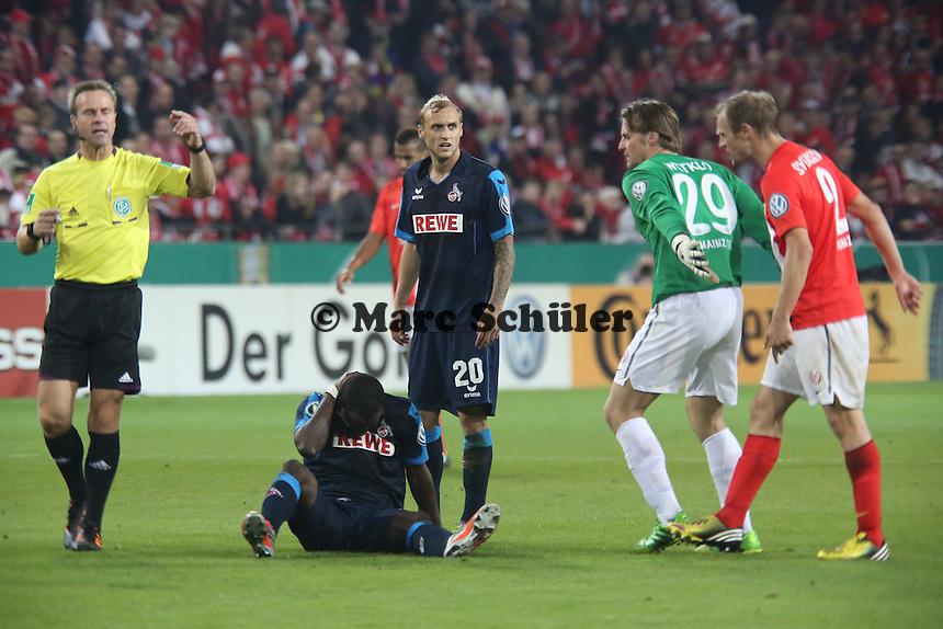 Anthony Ujah (Köln) hat sich weh getan, Christian Wetklo und Bo Svensso (Mainz) monieren Spielverzögerung - 1. FSV Mainz 05 vs. 1. FC Köln, Coface Arena, 2. Runde DFB-Pokal