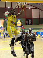 BUCARAMANGA -COLOMBIA, 17-05-2013. Gilbert Lawrence (I) de Búcaros realiza una clavada en contra de Piratas durante partido de la fecha 17 fase II de la  Liga DirecTV de baloncesto Profesional de Colombia realizado en el Coliseo Vicente Díaz Romero de Bucaramanga./ Gilbert Lawrence (L) of Bucaros makes the dunk against Piratas during match of the 17th date phase II of  DirecTV professional basketball League in Colombia at Vicente Diaz Romero coliseum in Bucaramanga. Photo:VizzorImage / Jaime Moreno / STR