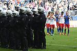12.05.2018,  GER; 1.FBL Hamburger SV vs Borussia Moenchengladbach, im Bild die Mannschaft des HSV laesst nach dem Schlusspfiff die Koepfe haengen und wird bei der Abschussrunde von der Polizei geschuetzt Foto © nordphoto / Witke *** Local Caption ***