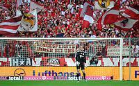FUSSBALL   1. BUNDESLIGA  SAISON 2011/2012   1. Spieltag FC Bayern Muenchen - Borussia Moenchengladbach           07.08.2011 Torwart Manuel Neuer (FC Bayern Muenchen) im Tor dahinter die Fans der Suedkurve